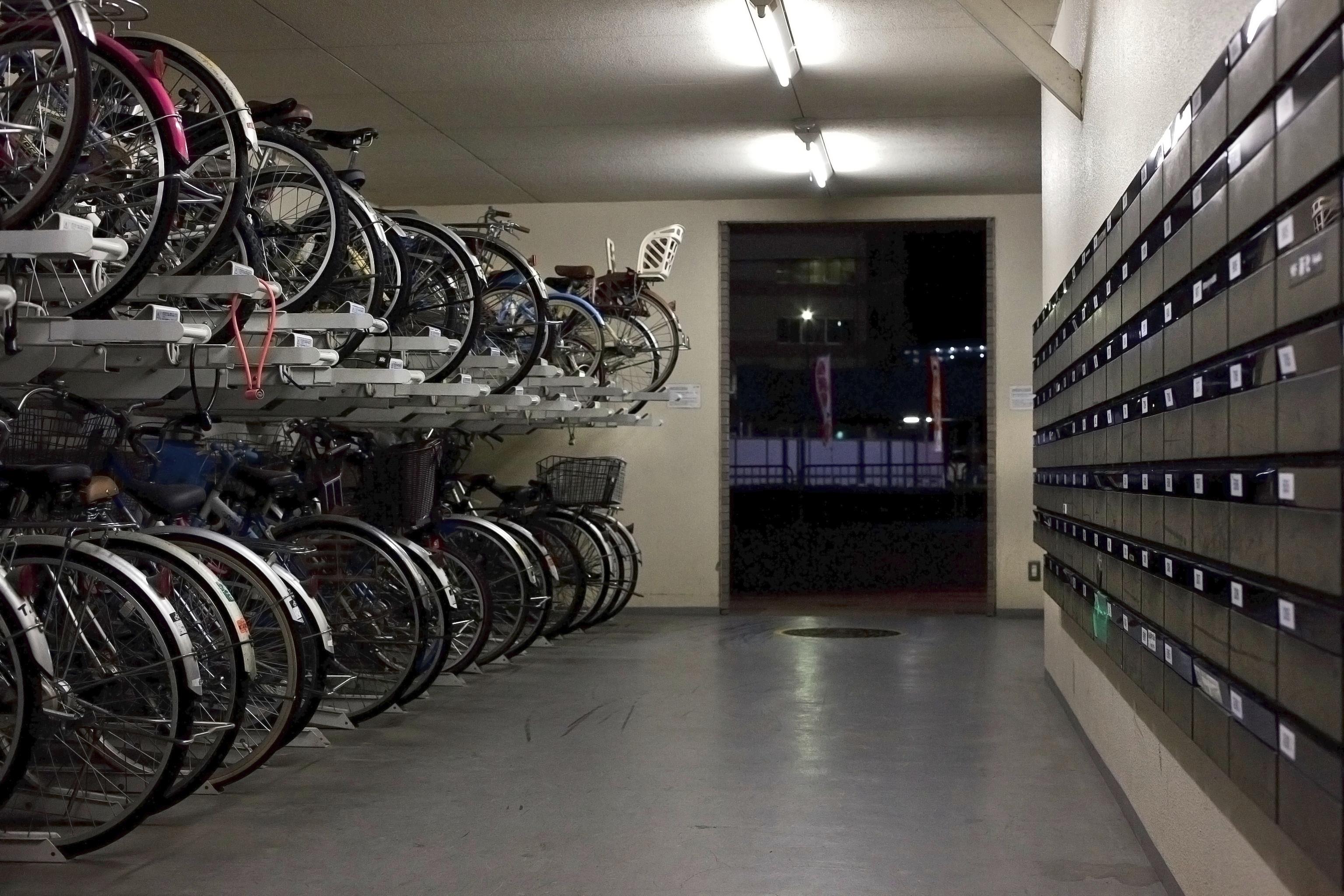 vélo parkés en face des boite aux lettres dans un hall d'immeuble au japon.